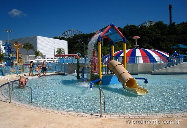 Piscina para crianças e Bubble jump ao fundo - Wet'n Wild de Itupeva
