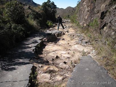 Asfalto caindo aos pedaços, no trecho logo após o abrigo rebouças - P.N. do Itatiaia