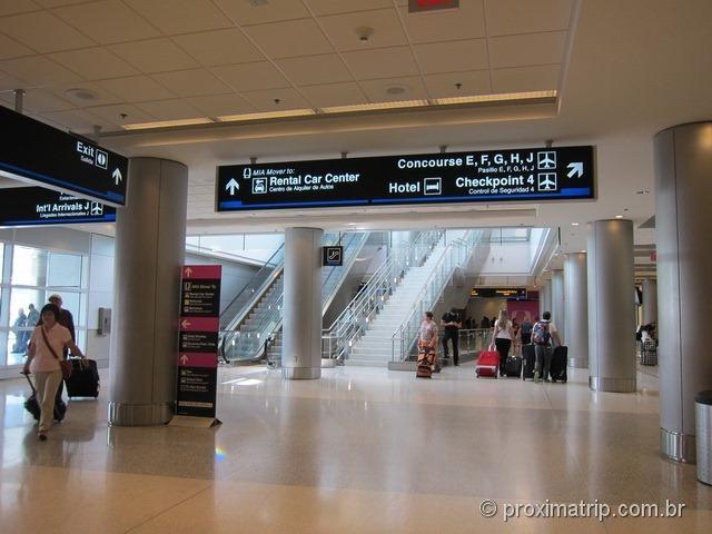 Placas indicam como chegar no Rental Car Center no Aeroporto de Miami