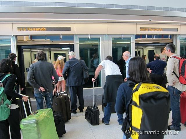 Plataforma de embarque do MIA Mover - Aeroporto de Miami - destino: Rental Car Center