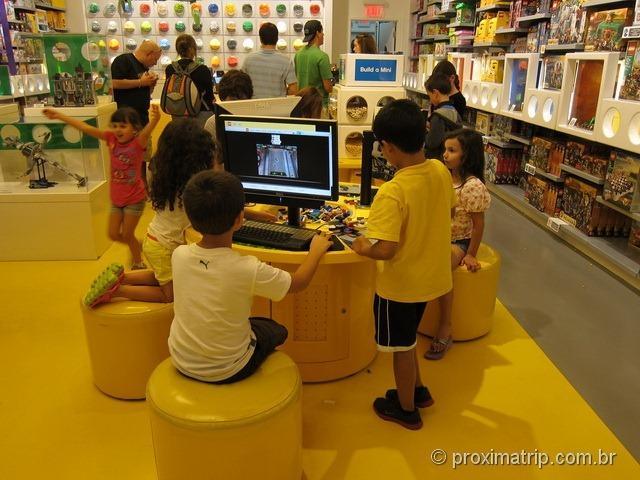 Crianças brincando na loja da Lego em Miami - shopping Aventura Mall