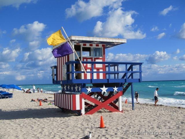 Posto salva-vidas pintado com as cores da bandeira dos EUA - South Beach - Miami