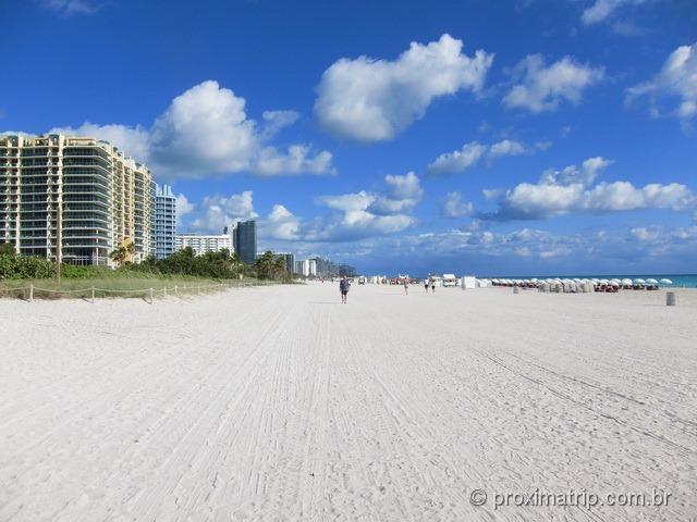 Enorme faixa de areia muito utilizada para prática de caminhada e exercícios em Miami South Beach