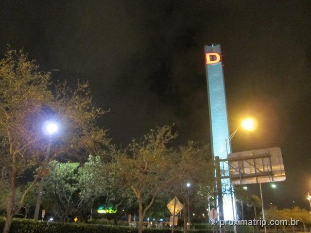 "Torre com o ""D"" do Shopping Dadeland Mall em Miami"