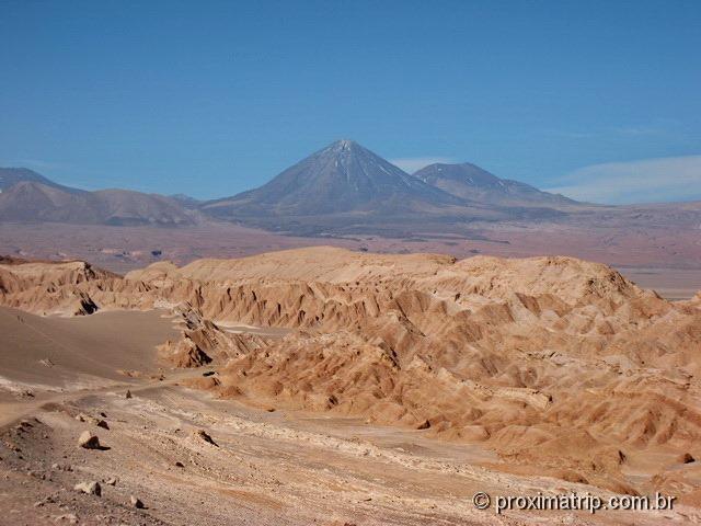 Vale da morte visto das dunas - vulcão Licancabur ao fundo