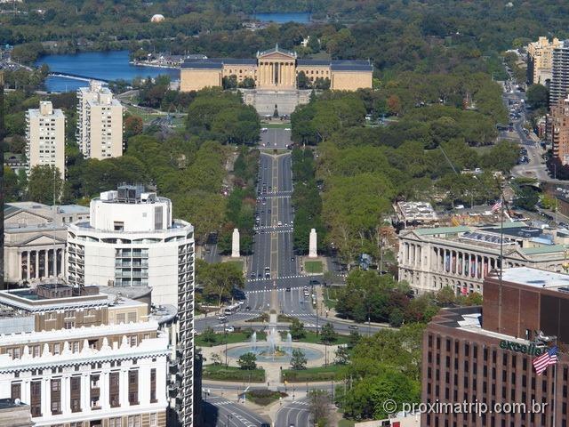Vista do Museu de Arte da Philadelphia, Logan Square e Benjamin Franklin Parkway, todos vistos do mirante do City Hall na Filadélfia