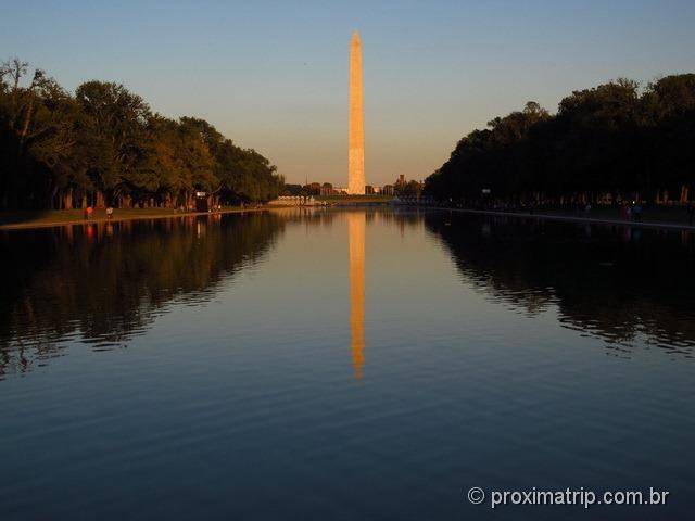 Washington Monument e a reflecting pool, vistos do Lincoln Memorial