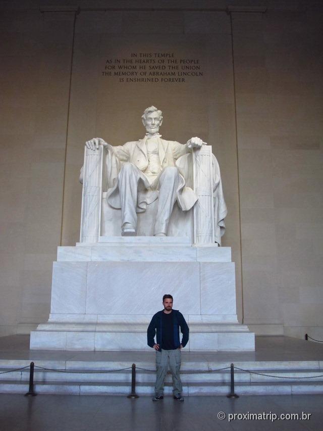 Estátua de Abraham Lincoln sentado em sua cadeira no Lincoln Memorial - Washington DC