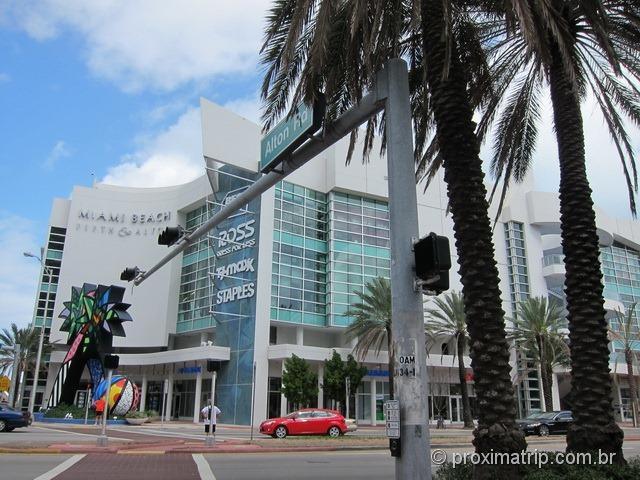 Fifth & Alton Miami Beach, com direito a decoração do Romero Britto bem em frente ao shopping!
