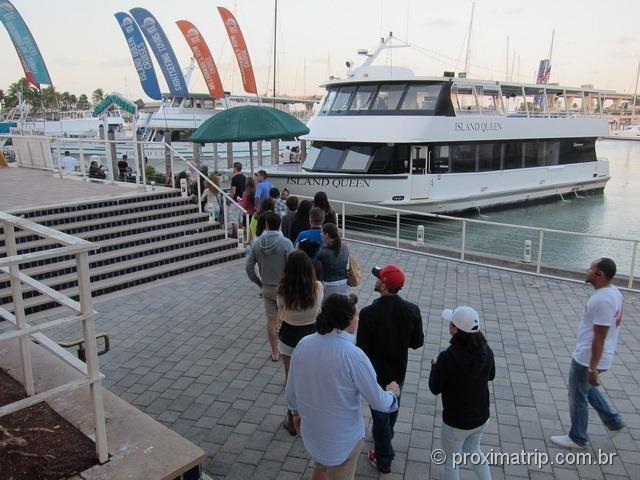 Fila de embarque do sightseeing cruise - Passeio de barco em Miami
