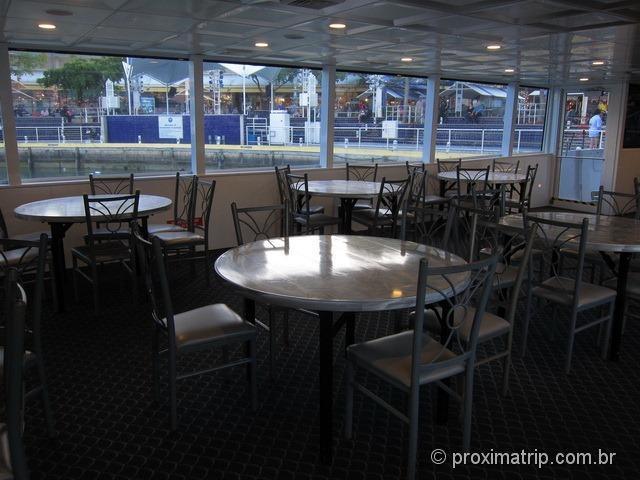 Island Queen cruises - interior do barco que faz o passeio pelas casas dos milionários em Miami