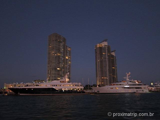 Prédios em South Beach - Island Queen Cruises