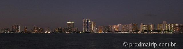 Foto panorâmica de South Beach à noite - vista do passeio de barco por Miami