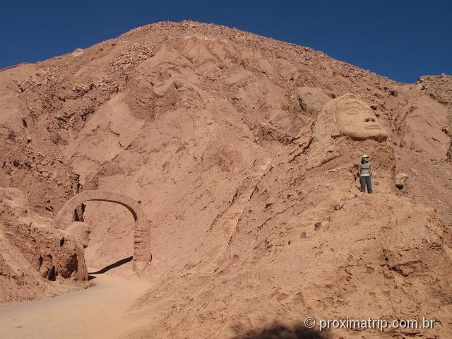 Cabeças gigantes atrás ruínas Pukara Quitor São Pedro Atacama