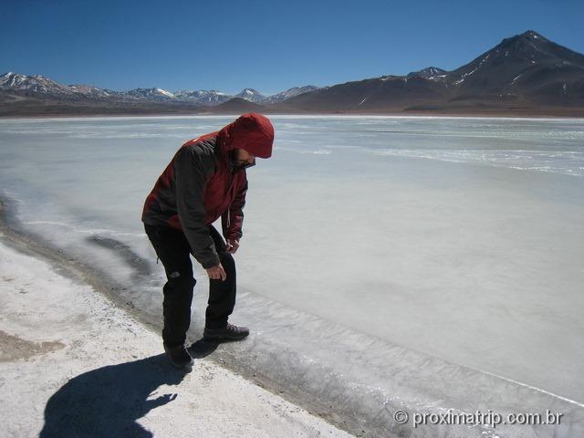 Pisando águas congeladas laguna blanca Reserva Nacional Eduardo Avaroa Bolívia