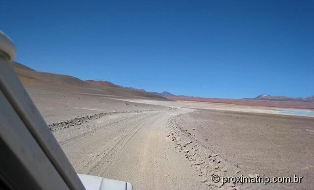 Estrada que dá a volta nas Lagunas Verde e blanca - Reserva Nacional Eduardo Avaroa - Bolívia
