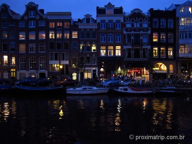 Prédios característicos de Amsterdam ao entardecer