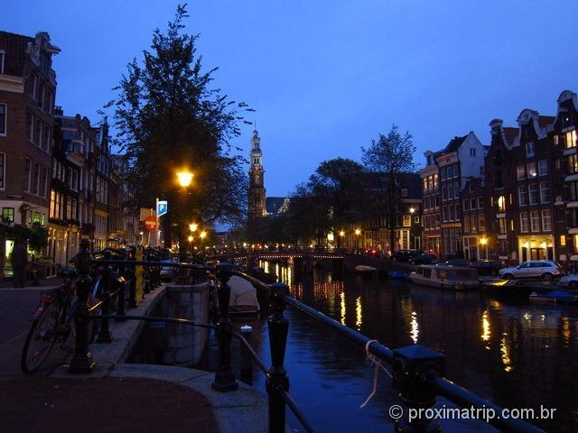 Canais de Amsterdam no por do sol