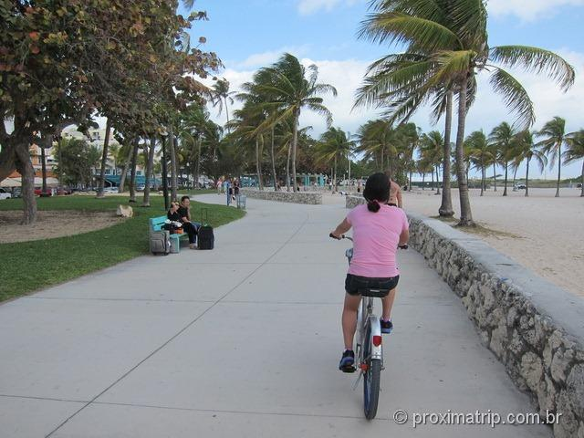 Passeando com bicicleta alugada em Miami South beach