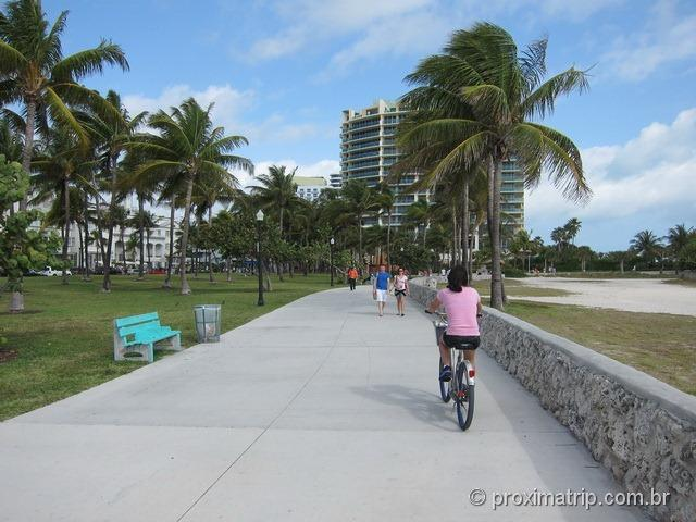 Passeando bicicleta alugada Lummus Park Miami South beach