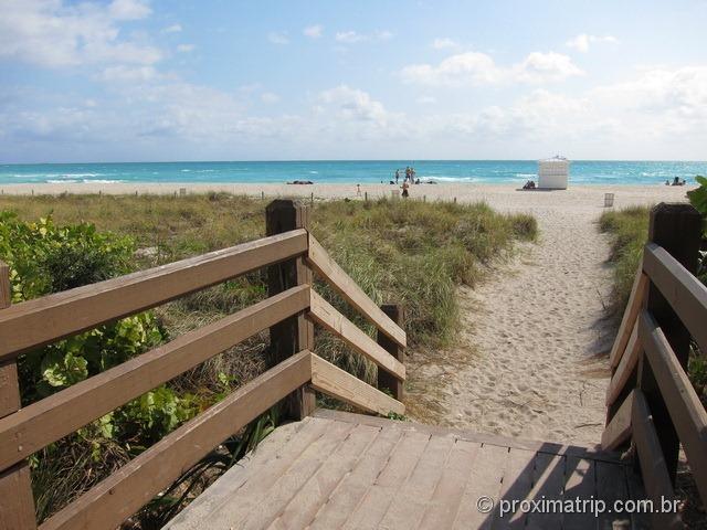 Acesso a praia da grande plataforma de madeira - Miami beach