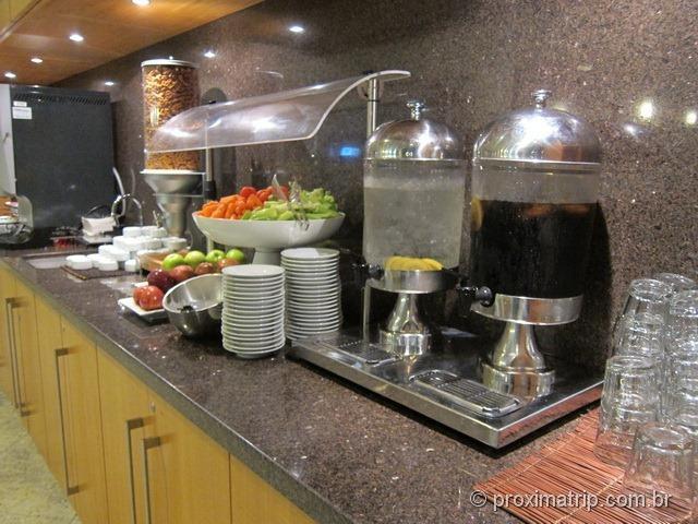Frutas e drinks gratuitos - sala VIP Admirals Club (portão D15) no Aeroporto internacional de Miami - MIA