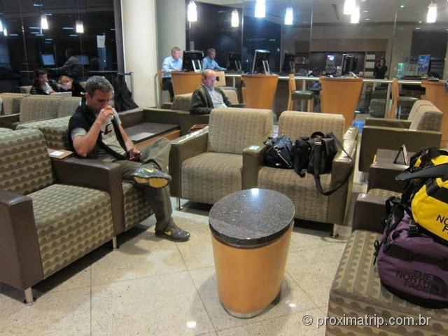 Poltronas e sofás da sala VIP Admirals Club (portão D15) no Aeroporto internacional de Miami - MIA