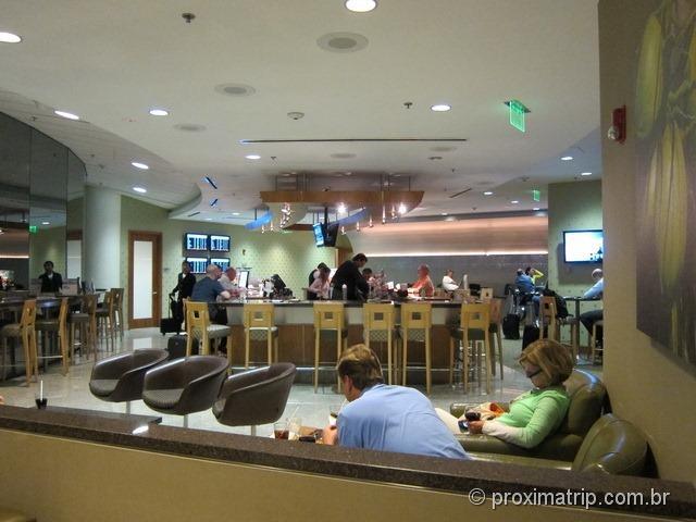 Onde são servidos os drinks - sala VIP Admirals Club (portão D15) no Aeroporto internacional de Miami - MIA