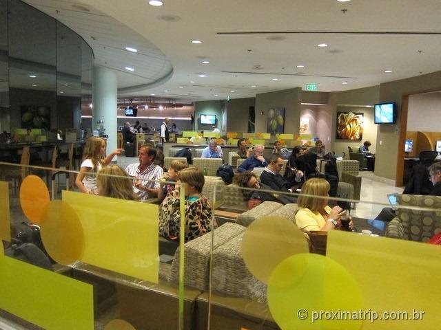 Interior da sala VIP Admirals Club (portão D15) no Aeroporto internacional de Miami - MIA