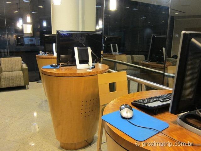 Computadores HP acesso internet sala VIP Admirals Club (portão D15) no Aeroporto internacional de Miami - MIA