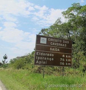 Caverna do diabo - placas indicam o caminho na estrada