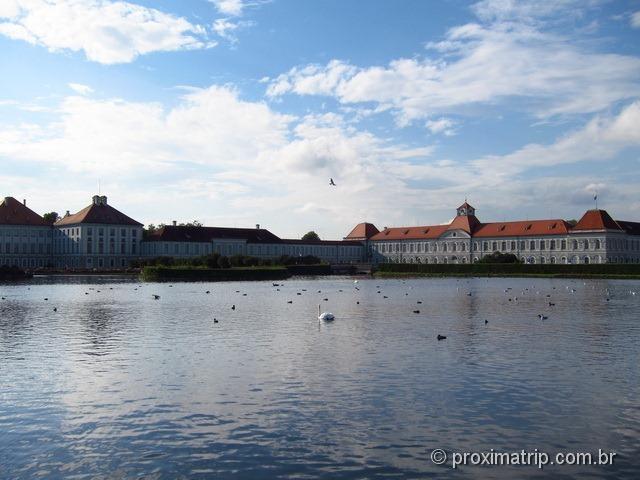 Lagoa cheia de cisnes e patos, em frente ao castelo de Nymphenburg