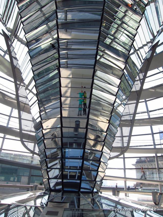 Cúpula vidro Reichstag dentro Parlamento Alemão Berlim