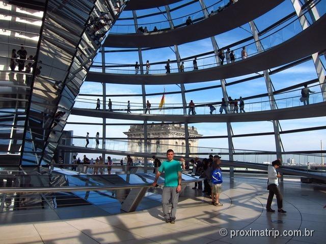 Passarelas dentro da cúpula de vidro do Reichstag - Parlamento Alemão, em Berlim