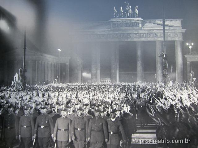 Tropas nazistas no Portão de Brandemburgo (Brandenburger Tor)