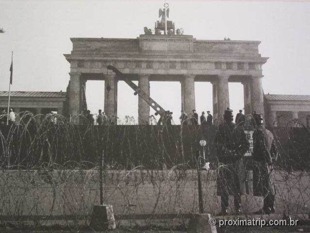 Muro de Berlim divide o Portão de Brandemburgo (Brandenburger Tor)