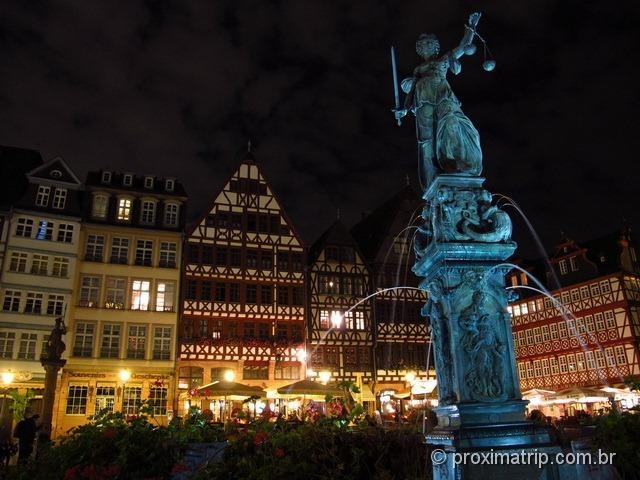 Fonte da Justiça (Gerechtigkeitsbrunnen) e as lindas casinhas alemãs ao fundo, na praça Römerberg - Frankfurt
