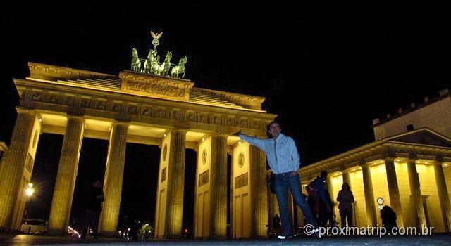 O Portão de Brandemburgo (Brandenburger Tor) todo iluminado, a noite