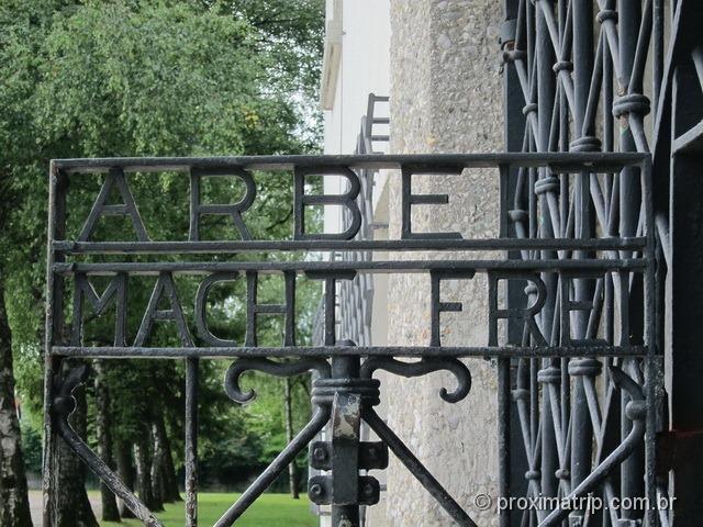 """""""O trabalho liberta"""" - dizeres na grade de entrada de Dachau"""