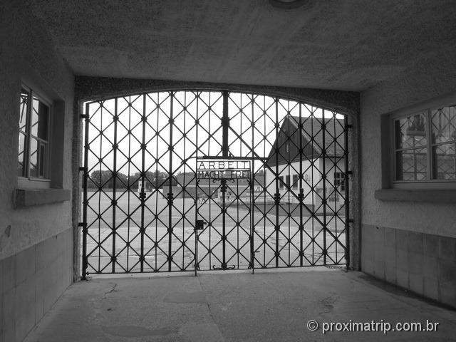 grade entrada Campo de Concentração de Dachau trabalho liberta