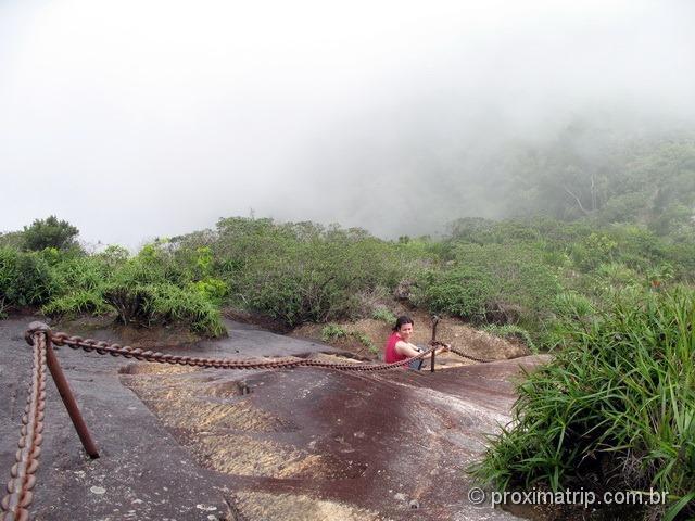 trilha do Pico da Tijuca - trecho final de escadas esculpidas nas pedras