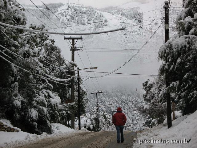Rua de Bariloche após forte queda de neve