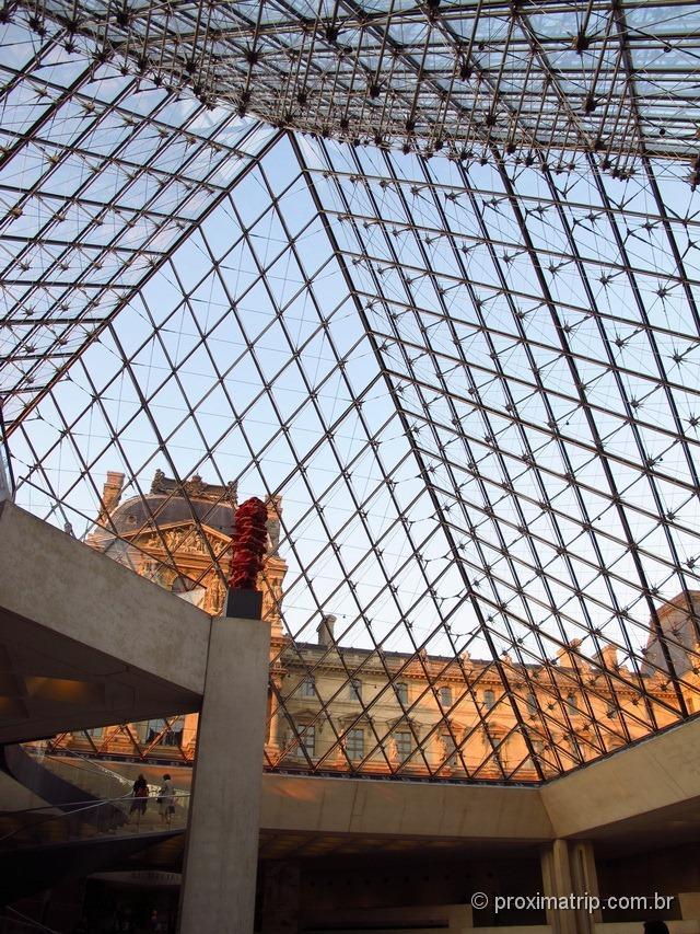 Por dentro da pirâmide de vidro, Museu do Louvre
