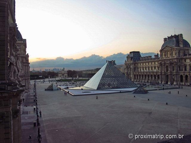 pirâmide de vidro Museu do Louvre