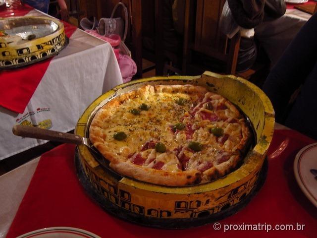 pizza Cantina Roma servida coliseo Monte Verde