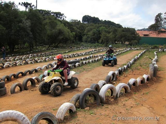 Pilotando um quadriciclo em Monte Verde - pista principal