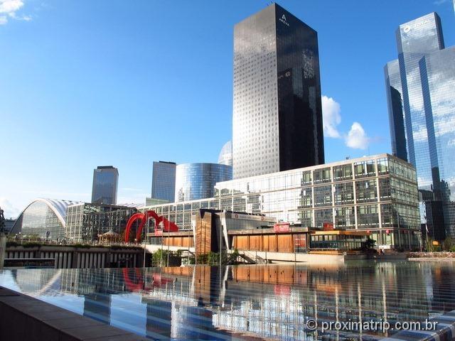Fonte de Iaacov Agam e prédios Futuristas em La Défense - Paris