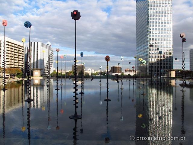 O espelho d'água da fonte de Takis - La Défense, Paris