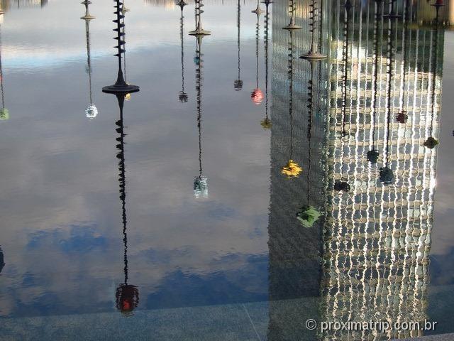 Reflexos no espelho d'água da fonte de Takis - La Défense, Paris