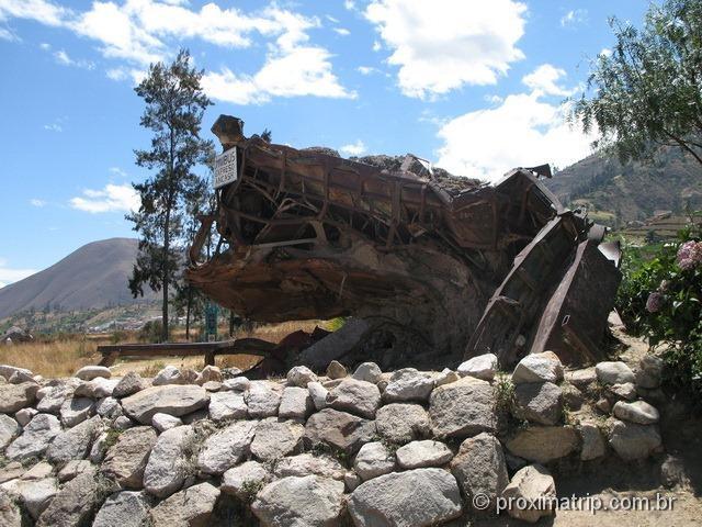 Campo Santo Yungay - ônibus deformado pela avalanche de 1970